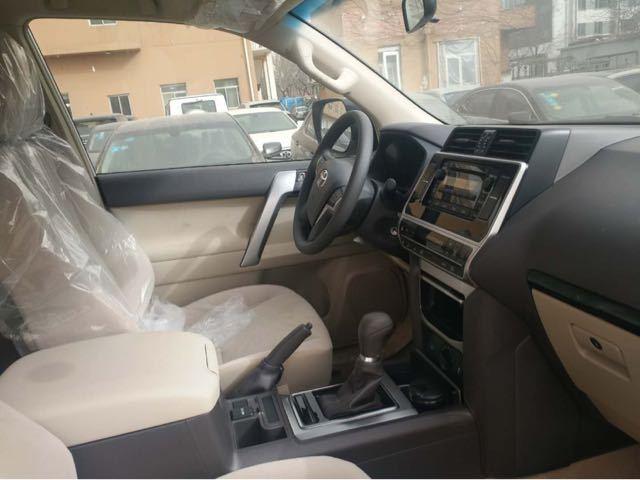 丰田霸道2700在车身的内部会合了非常豪华的装璜组件和对称式的内饰